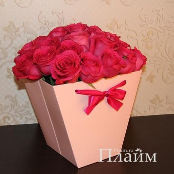 Розовая коробка для цветов